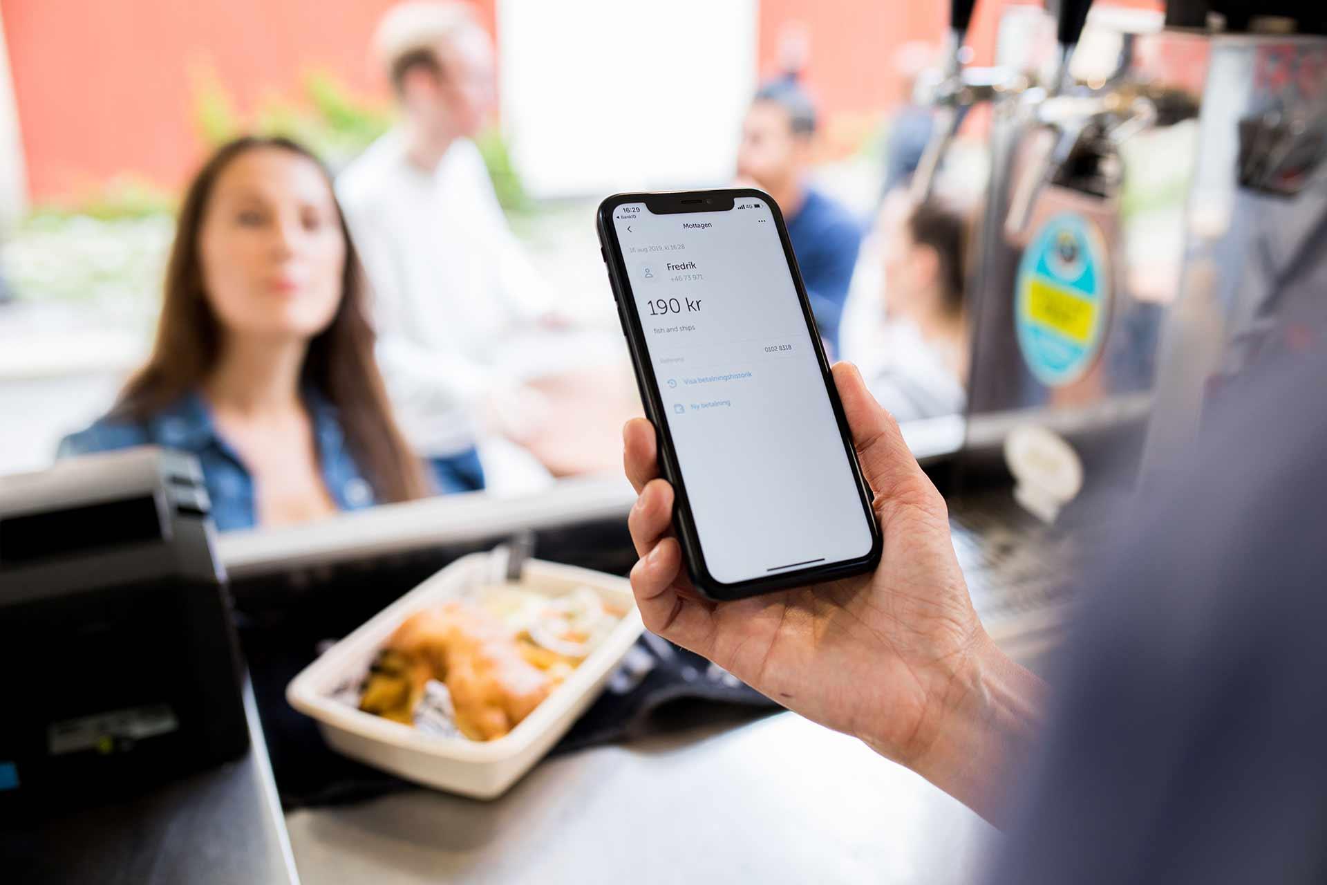 Gäster betalar med swish i restaurang